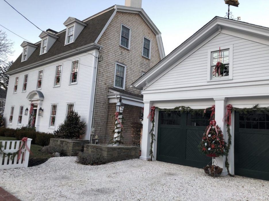 290 High Street Newburyport Christmas decorations white house exterior side