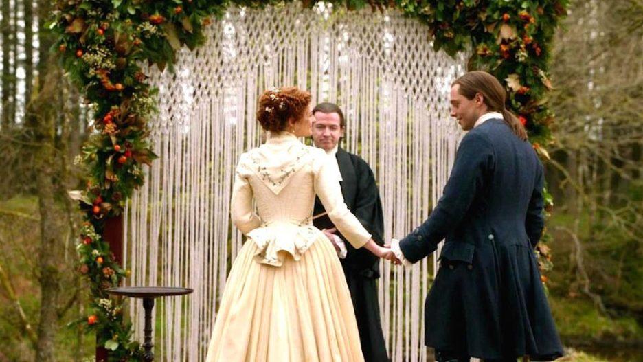 Starz outlander the ridge Wedding altar macrame flower garlands Brianna Roger outlander-online season 5