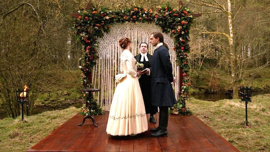 Starz Outlander the ridge wedding altar platform flowers macrame brianna roger outlander-online season 5