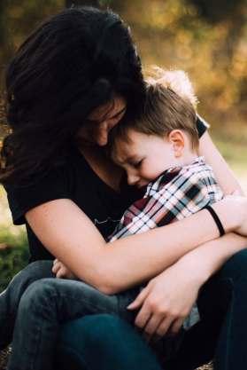 Moeder die haar zoon troost, foto Jordan Whitt