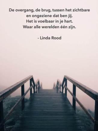 Afbeelding van brug in mist en tekst.