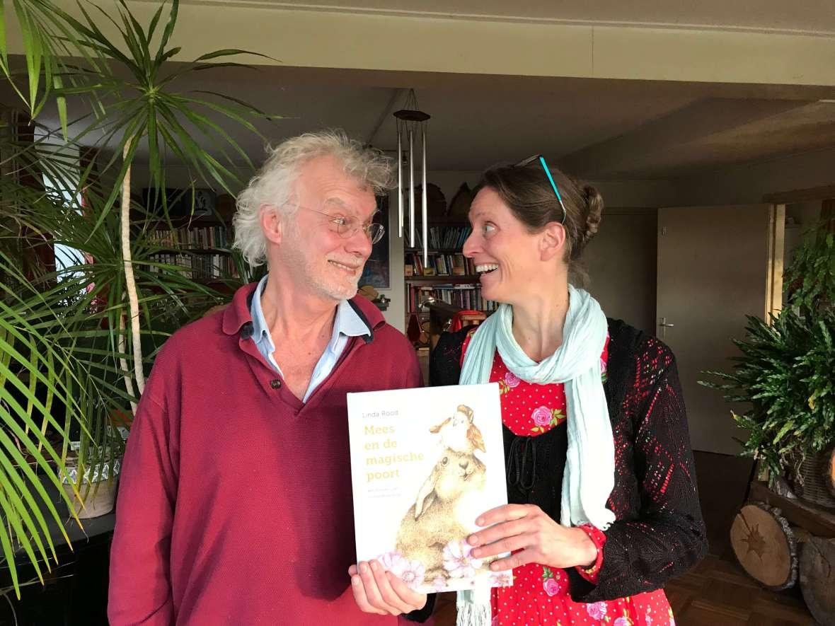 Linda Rood die het prentenboek Mees en de magische poort aan Jan Geurtz overhandigt. Jan Geurtz schreef het voorwoord van dit prentenboek