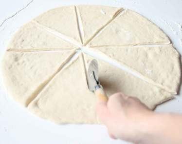 2. Dela rundlarna i åtta trekantiga bitar med en slicer eller en vass kniv.
