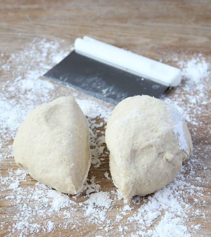 1. Gör degen enligt receptet. Dela degen i två delar på ett mjölat bakbord.