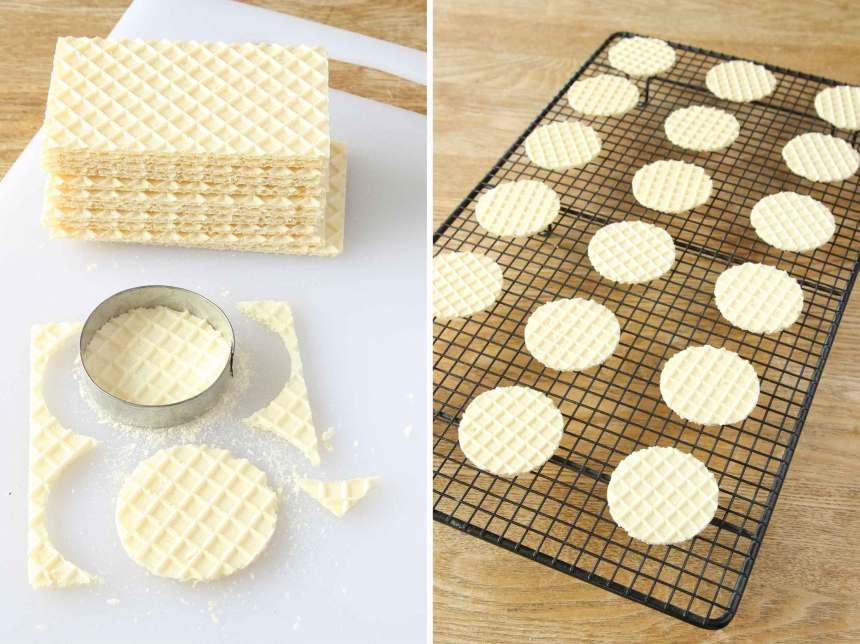1. Stansa ut ca 20 rundlar ur smörgåskex med en pepparkaksform, ett glas eller liknande. Lägg dem på ett galler eller ett bakplåtspapper.