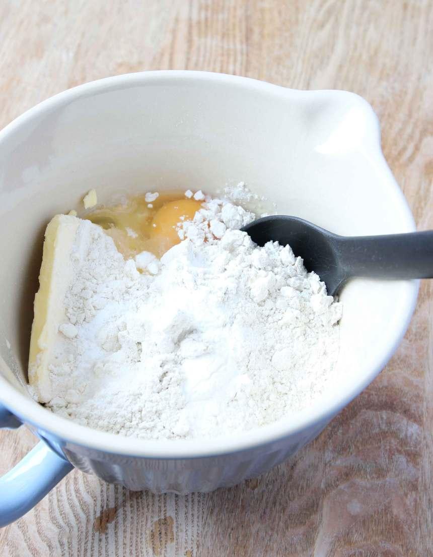 1. Sätt ugnen på 225 grader. Blanda ihop alla ingredienserna i en bunke till en lite kladdig deg.
