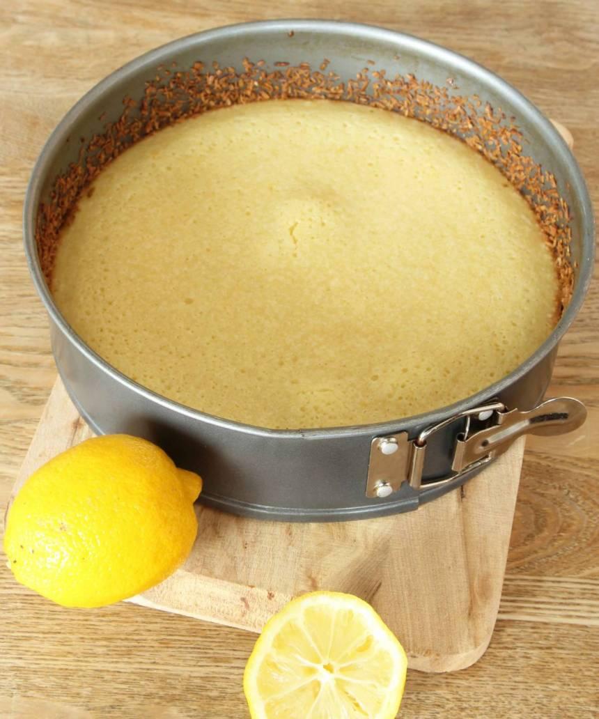 3. Grädda kakan mitt i ugnen i 20–25 min beroende på hur kladdig du vill ha den. Låt kakan svalna i formen. Pudra den med florsocker före servering. Servera gärna kakan med lättvispad grädde.