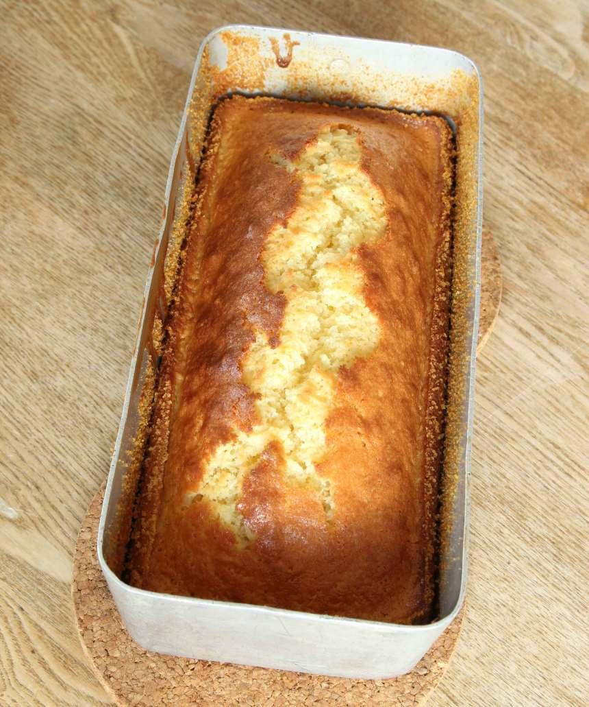 3. Grädda kakan längst ner i ugnen i 30–40 min. Ugnsvärmen kan variera i olika ugnar. Känn efter med en provsticka om kakan är klar. Låt kakan svalna i formen innan du stjälper upp den på en tallrik.