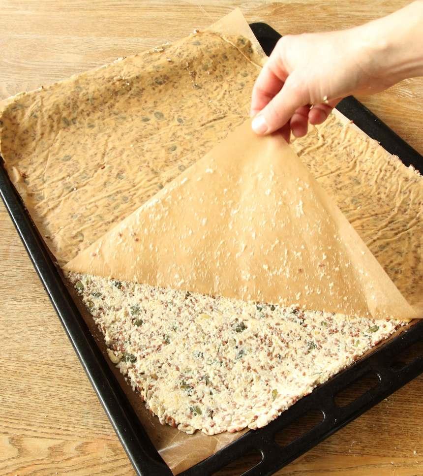 4. Dra bort det övre papperet från degen.