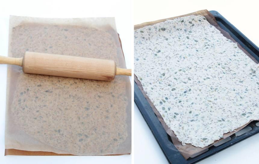 3. Kavla ut degen mellan två bakplåtspapper, till en tunn kaka som täcker hela papperet. Ta bort det övre papperet och strö lite flingsalt över degen. Lägg det på en ugnsplåt.