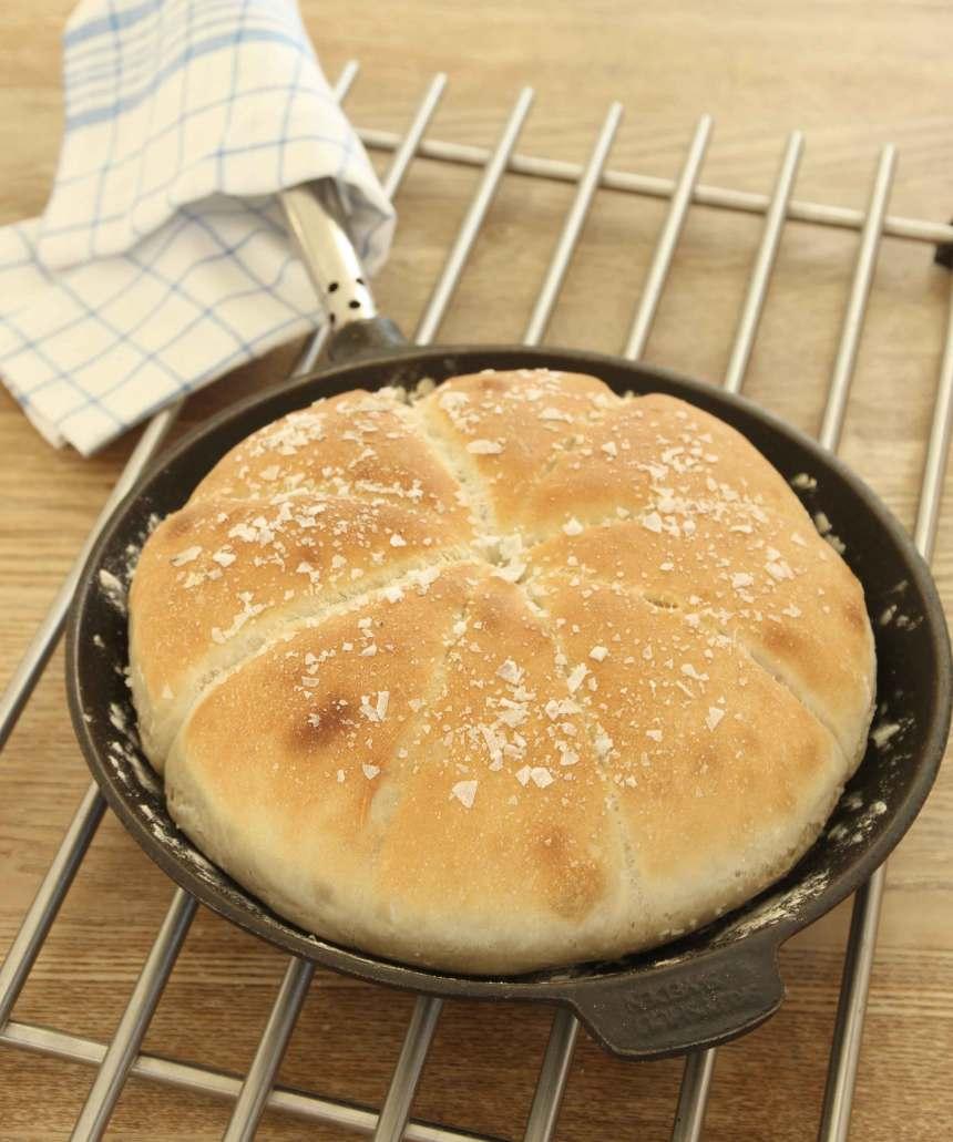 4. Grädda brödet mitt i ugnen i 13–15 min. Servera brödet direkt i stekpannan.