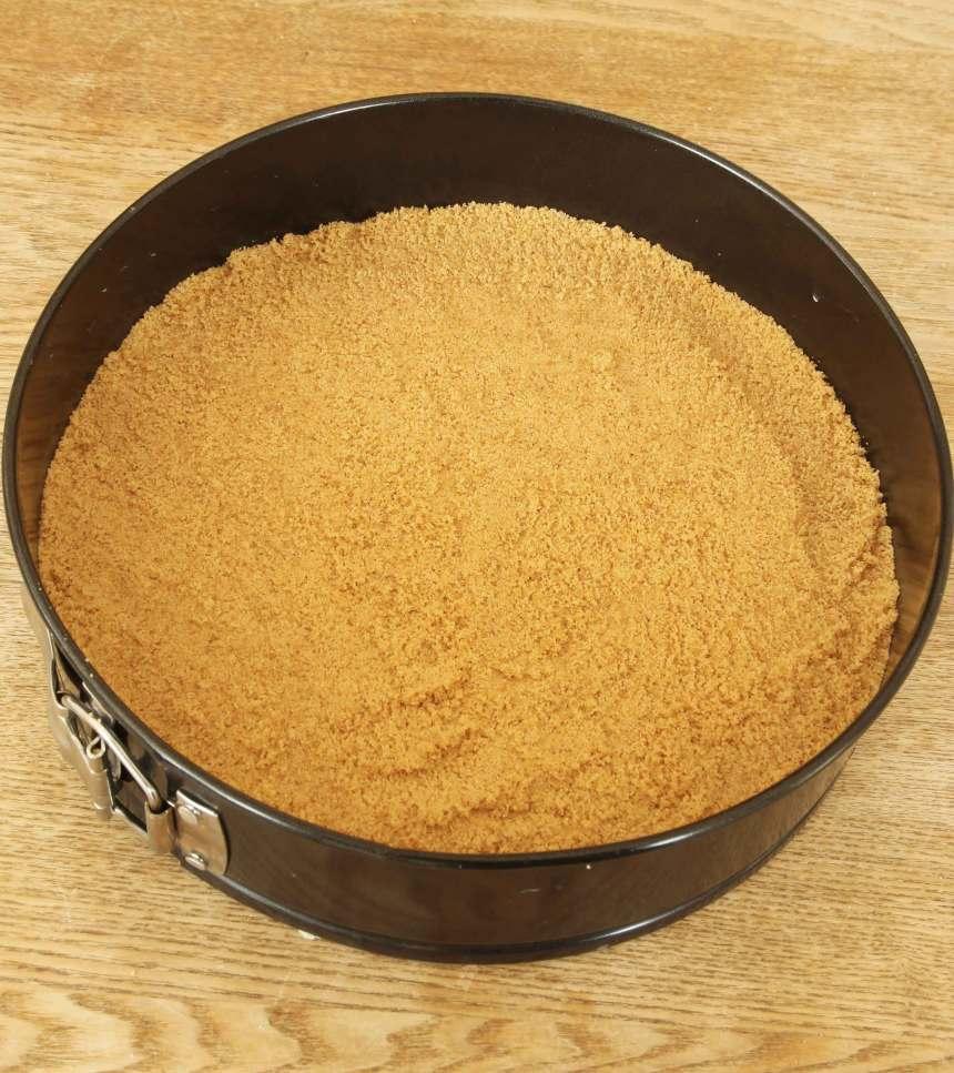 3. Tryck ut den smuliga massan i en form med löstagbar kant, 22–23 cm. Ställ den i kylen en stund.