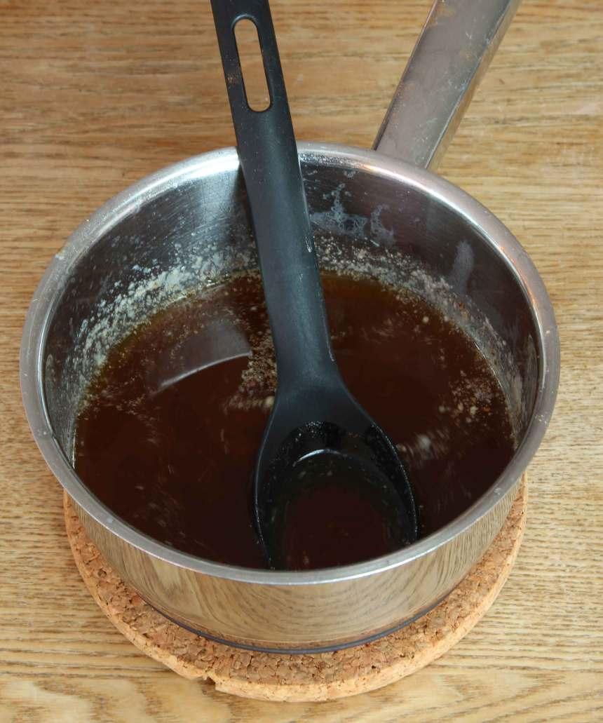 1. Sätt ugnen på 175 grader. Smält smöret i en kastrull. Ta bort kastrullen från plattan och rör ner kanel, ingefära, kardemumma och kryddnejlika.