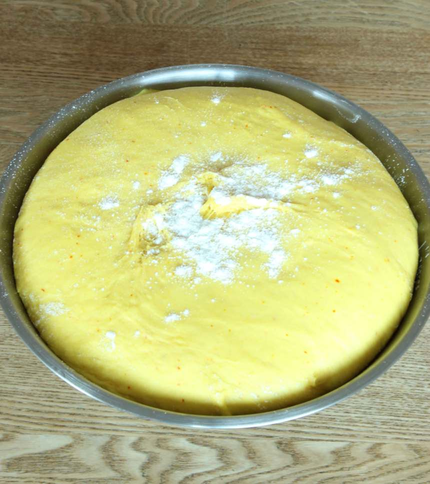 1. Stöt saffranet i en mortel tillsammans med sockret. Blanda saffranet och mjölken i en bunke. Smula ner jästen och rör om tills den lösts upp. Tillsätt salt, socker, ägg, smör och mjöl, lite i taget. Knåda degen kraftigt i några minuter. Låt degen jäsa under bakduk i 50–60 min.