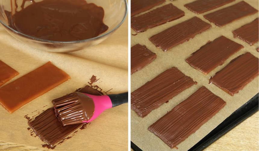 3. Smält chokladen över vattenbad och pensla den på Daimbitarna. Låt chokladen stelna i kylen en stund. Förvara Daimen i en burk med tätslutande lock i kylen.