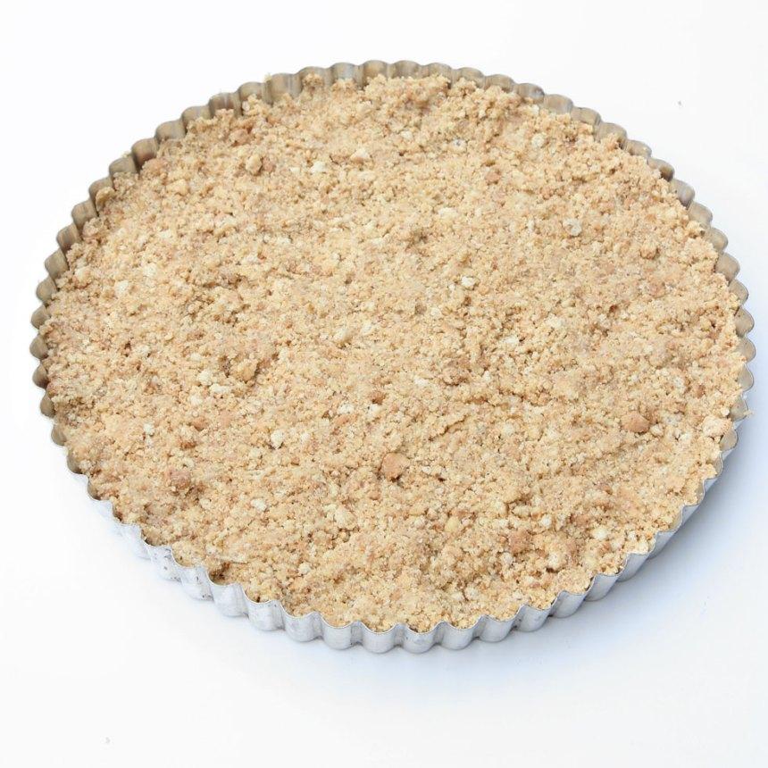 2. Tryck ut kaksmulorna i en pajform med löstagbar kant, 22–24 cm i diameter. Ställ den i frysen en stund så att smulorna stelnar.