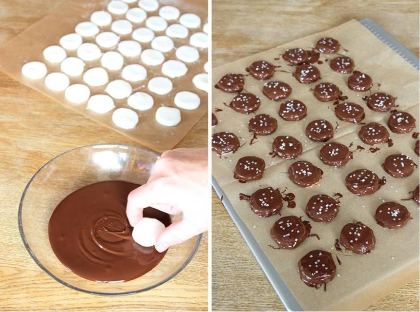 5. Smält chokladen över vattenbad. Doppa mintkakorna i chokladen och lägg dem på en skärbräda täckt med ett bakplåtspapper. Strö ev. över lite strössel. Låt chokladen stelna. Förvara dem i kylen i en burk med tätslutande lock.