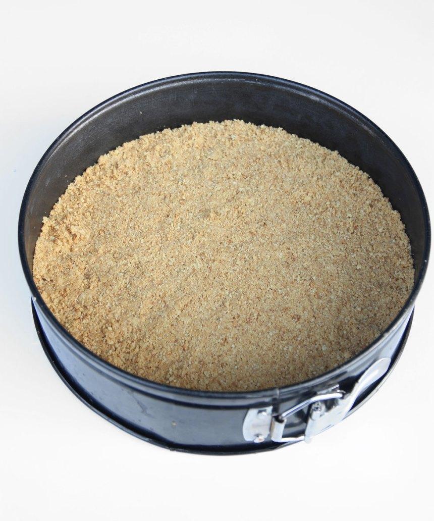 2. Tryck ut smulorna i en rund form med löstagbar kant, 23–24 cm i diameter. Ställ den i frysen 20–30 min.