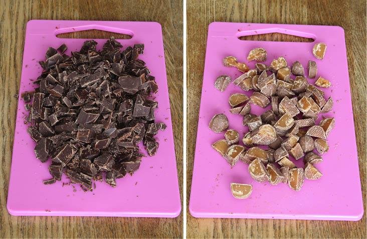 1. Sätt ugnen på 175 grader. Hacka chokladen grovt och skär Dumlekolan i bitar.