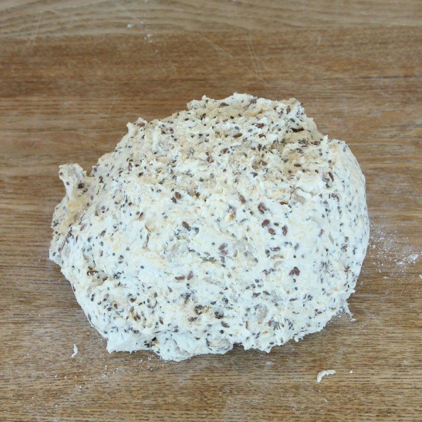 1. Sätt ugnen på 250 grader. Blanda bakpulver, salt, havregryn och vetemjöl i en bunke. Tillsätt smöret och nyp ihop det med mjölblandingen. Häll ner filmjölken och ost och bland ihop allt till en deg.