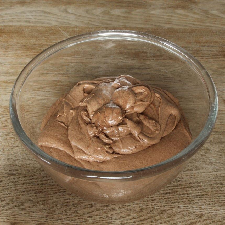 1. Sätt ugnen på 175 grader. Vispa ägg och strösocker pösigt i en bunke. Blanda bakpulver, farinsocker, kakao och vaniljsocker. Rör ner det i äggsmeten ihop med mjölk, smör och vetemjöl. Vispa snabbt ihop allt till en slät smet.