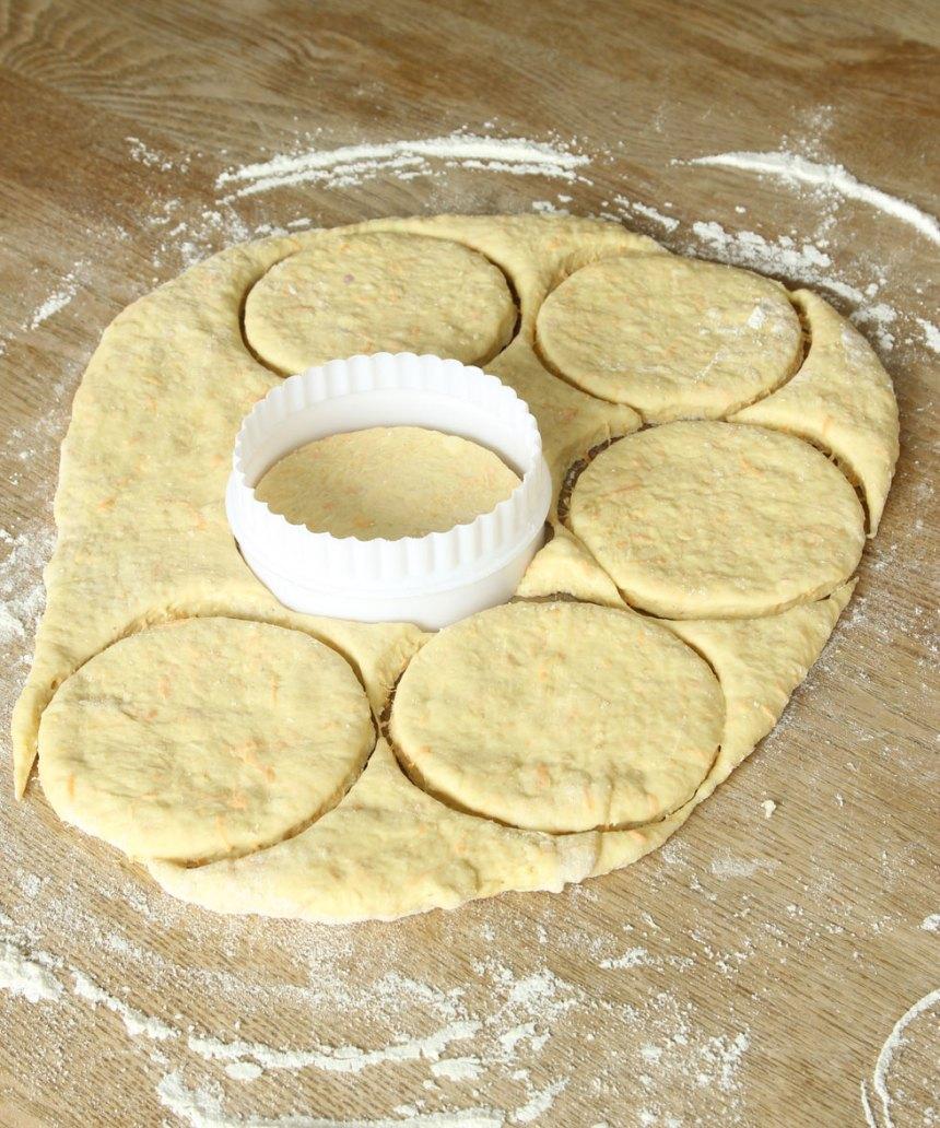 2. Kavla ut degen 1–1 ½ cm tjock och stansa ut runda bröd, ca 10 cm i diameter, med en kakform eller ett glas.