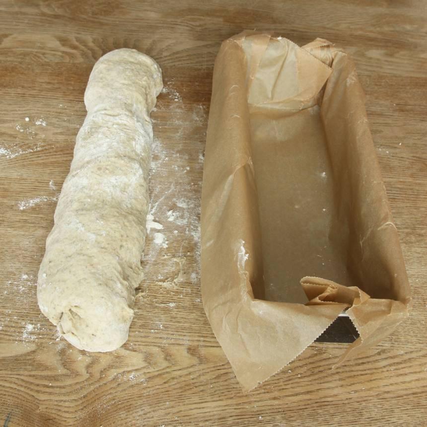2. Forma degen till en limpa, lika lång som en limpform, ca 1 ½ liter.