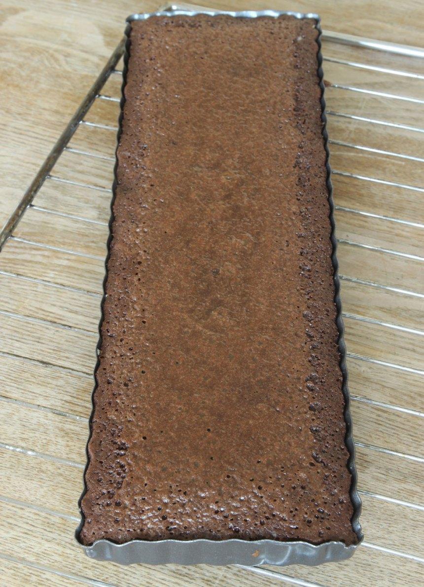 4. Grädda kladdkakan mitt i ugnen i 22–28 min. Anpassa gräddningstiden efter hur kladdig du vill ha den. Låt kakan kallna i formen.