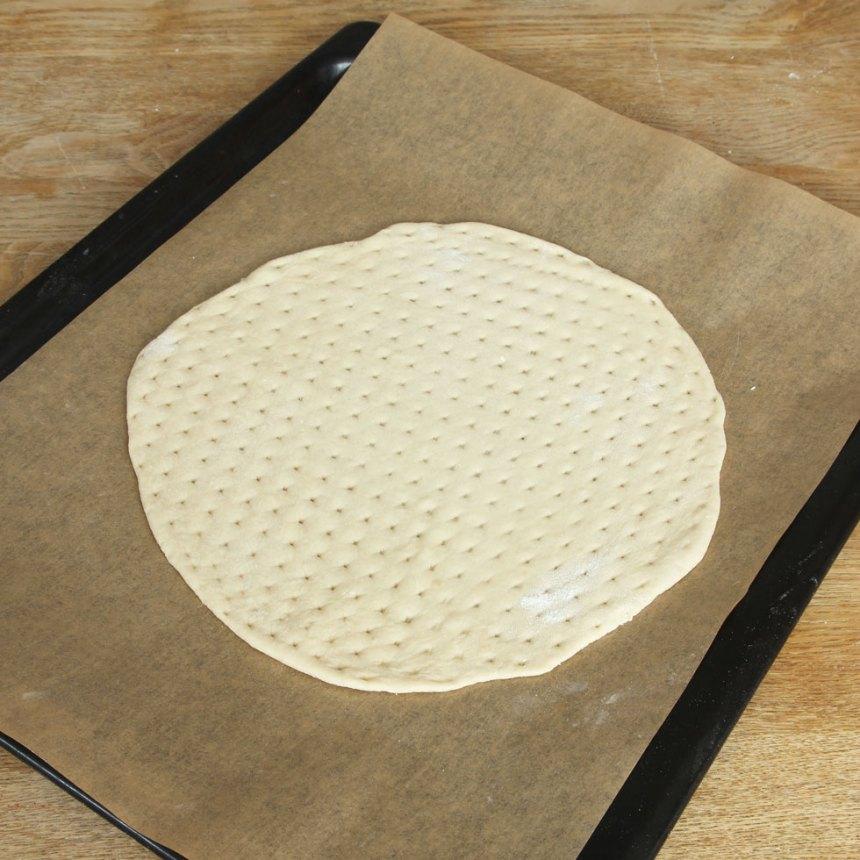 3. Lägg degkakorna på en plåt med bakplåtspapper och låt dem jäsa under bakduk i 25–30 min. Sätt ugnen på 250 grader.