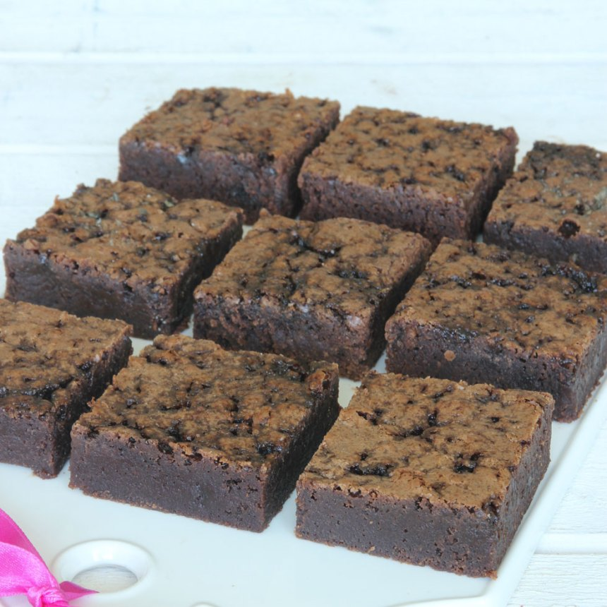 4. Skär chokladkakan i rutor 20–24 st.