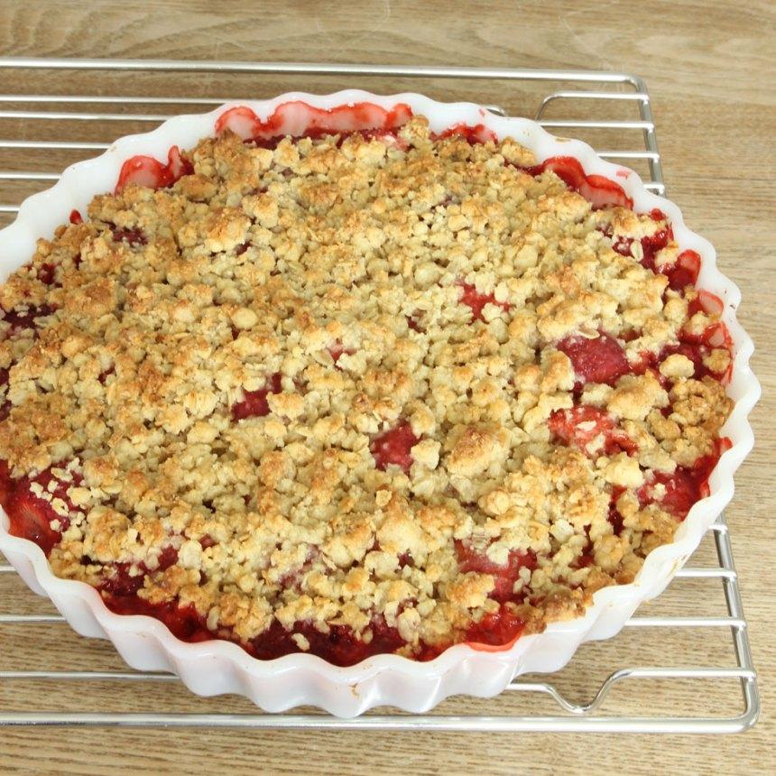 4. Grädda pajen mitt i ugnen i ca 30 min. Servera med glass, vaniljsås eller vispad grädde.