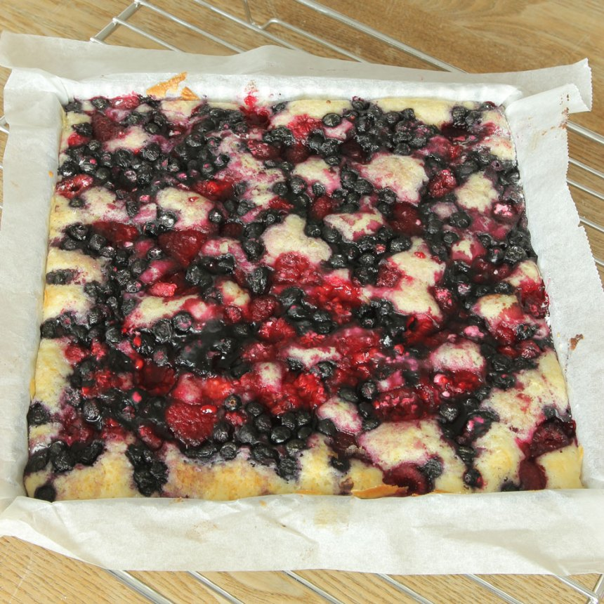 6. Grädda kakan mitt i ugnen i 32–35 min. Låt den svalna i formen. Servera gärna med vaniljsås eller vispgrädde.