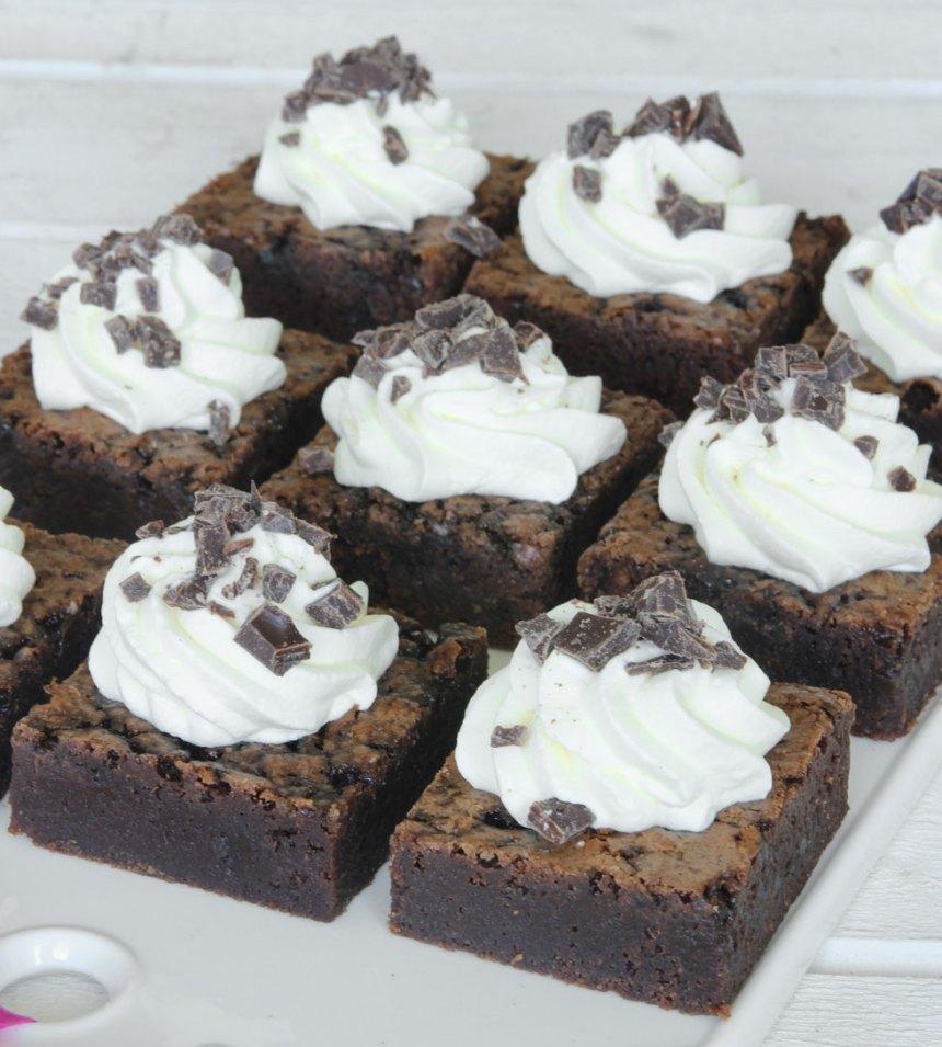 6. Hacka chokladen och strö bitarna över gräddtopparna. Ät och njut!