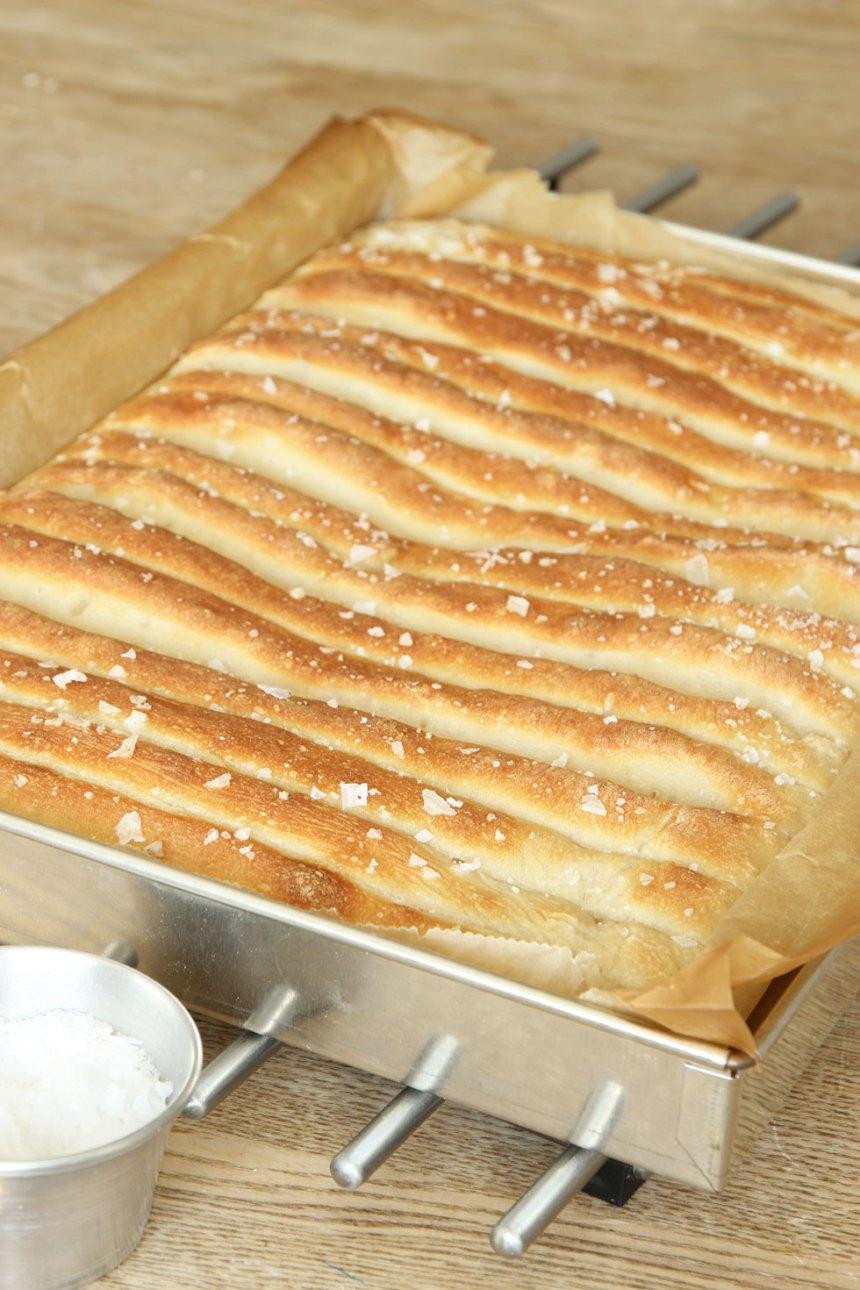 5. Grädda brödet mitt i ugnen i 8–12 min. Låt det svalna i formen.