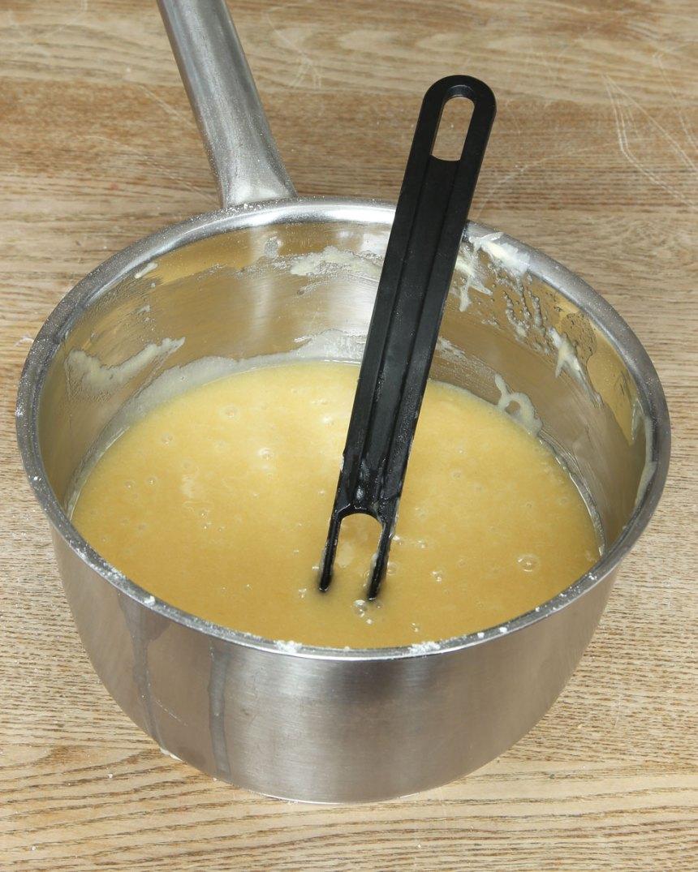 1. Sätt ugnen på 180 grader. Smält smöret i en kastrull. Ta bort den från värmen och låt det svalna något. Tillsätt resten av ingredienserna i kastrullen och rör ihop allt till en slät smet.