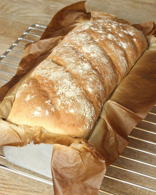 4. Sänk värmen till 200 grader och grädda brödet längst ner i ugnen i ca 35 min. Låt den svalna i formen.