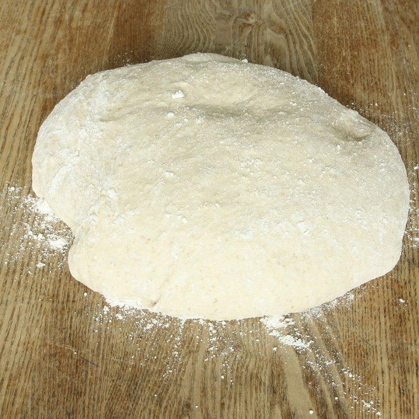 1. Smula ner jästen i en bunke. Tillsätt mjölken och blanda tills jästen lösts upp. Tillsätt filmjölk, olja, salt, sirap, havregryn och grahamsmjöl. Låt blandningen stå i ca 5 min. Tillsätt rågsikten, lite i taget och blanda ihop allt till smidig deg och knåda den i några minuter. Låt degen jäsa under bakduk i ca 50 min.