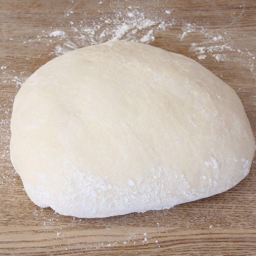 1. Smula ner jästen i en bunke och lös upp den med mjölken. Blanda i salt, sirap, ägg och smör. Tillsätt mjölet, lite i taget och blanda ihop allt till en ganska fast, men smidigt och inte hård deg. Knåda degen i en köksmaskin i ca 5 min eller dubbelt så länge för hand. Det är viktigt att glutentrådarna blir starka för då blir flätan jämnare och snyggare. Låt degen jäsa under en bakduk i ca 1 ½ tim.