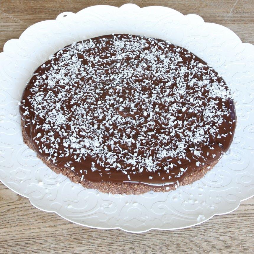 5. Strö över kokos och låt chokladen stelna i kylen. Förvara kakan i kylen.