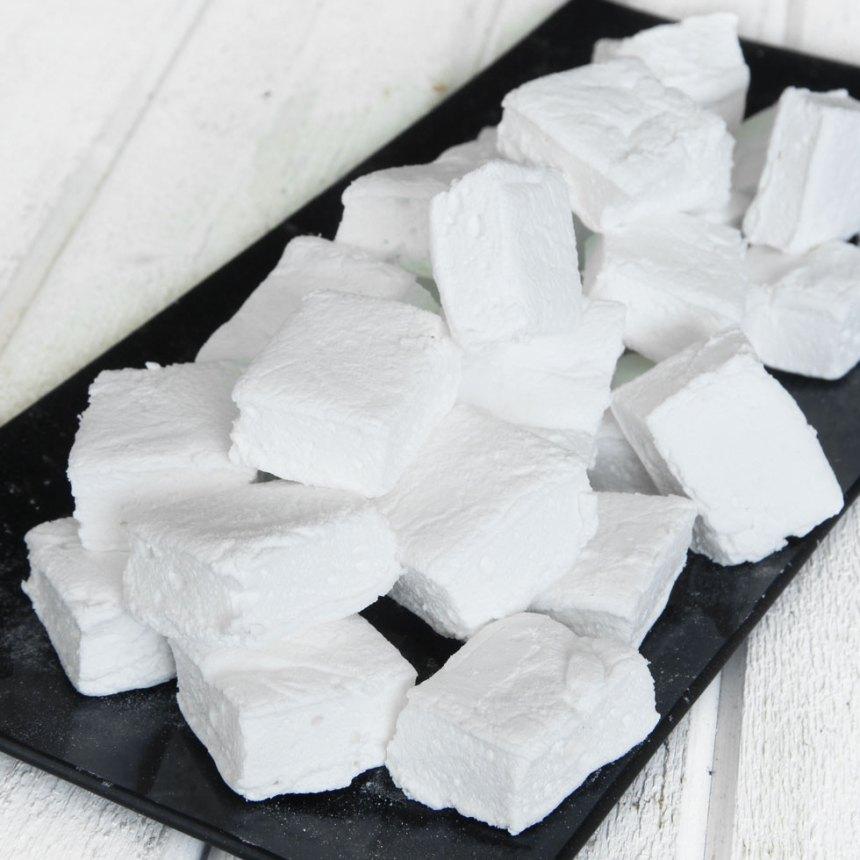 8. Klipp kakan i fyrkanter med en sax. Förvara godisbitarna i en burk med tätslutande lock.