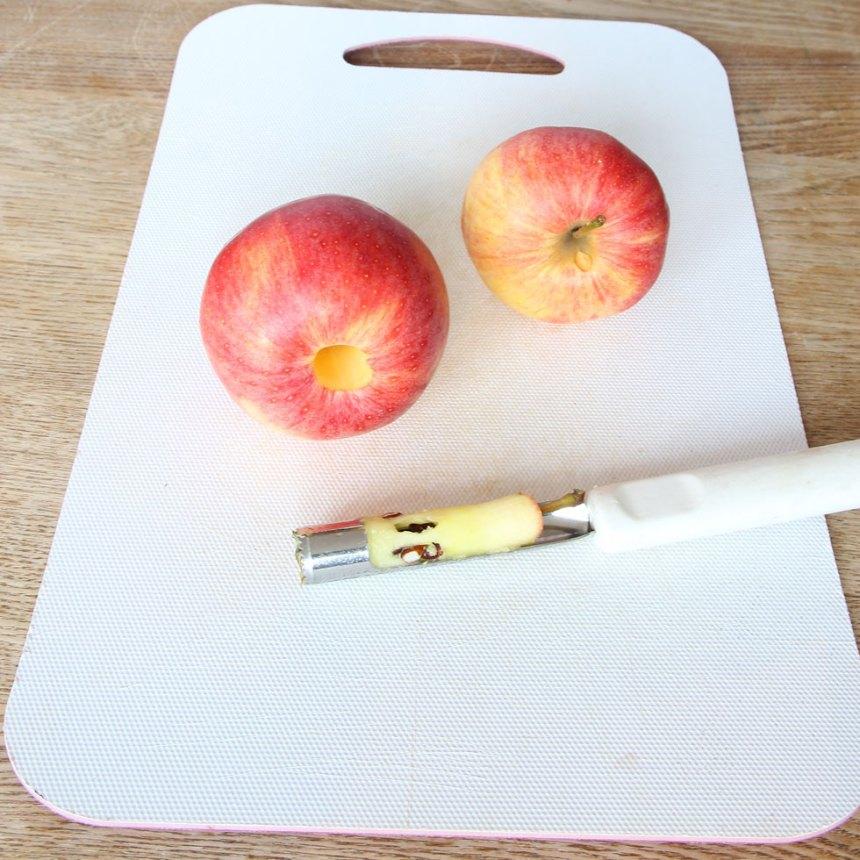 1. Sätt ugnen på 120 grader. Tvätta äpplena och torka dem torra. Ta bort kärnhuset.