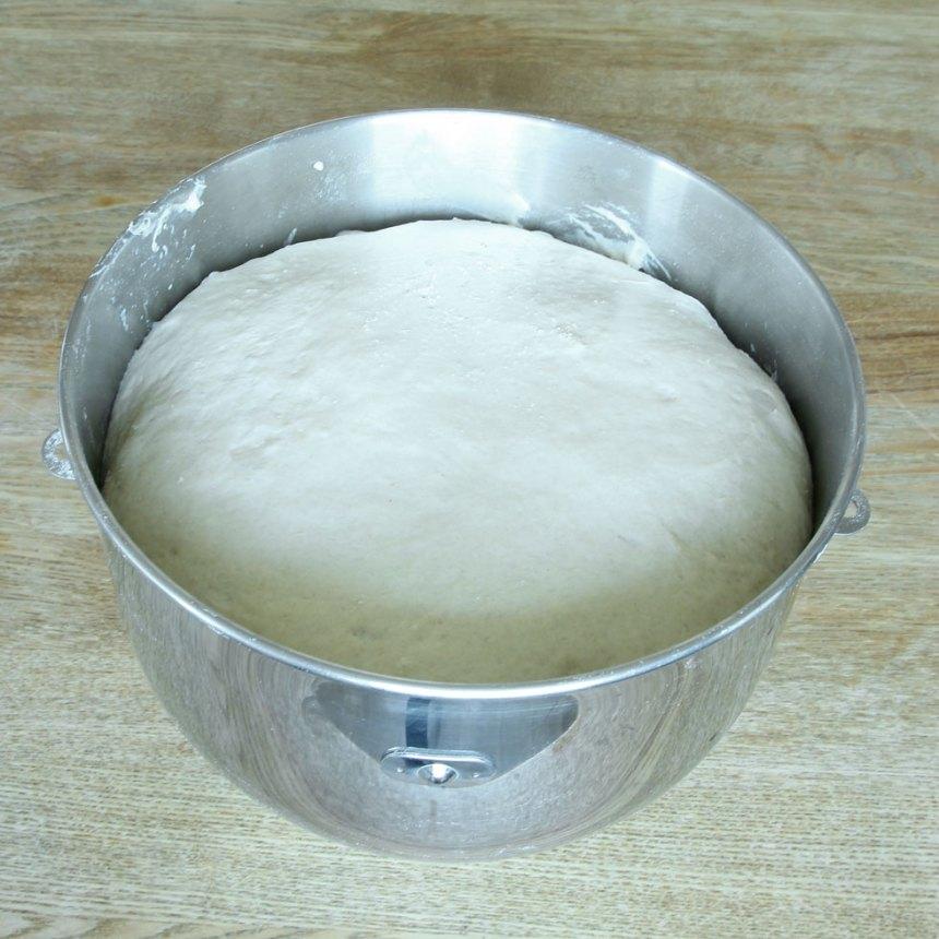 1. Smula ner jästen i en bunke och tillsätt mjölken. Rör om tills jästen lösts upp. Tillsätt smör, salt, sirap, rågsikt och vetemjöl, lite i taget. Blanda ihop allt till en smidig deg och knåda degen kraftigt i några minuter. Låt degen jäsa under bakduk i ca 1 tim.