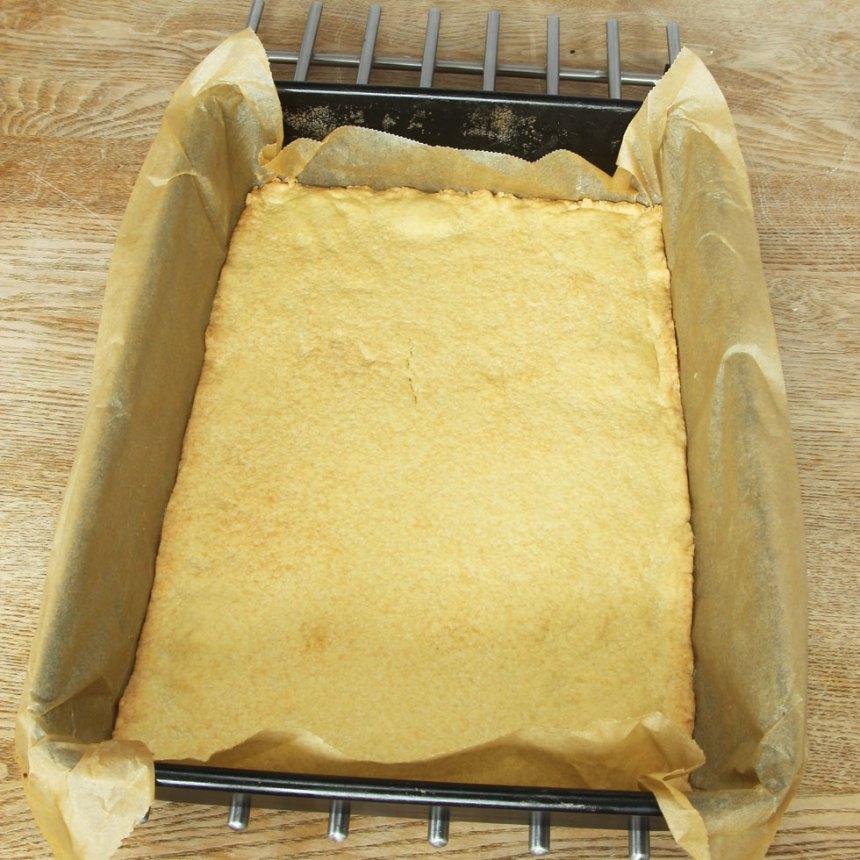 3. Grädda kakan mitt i ugnen i ca 20 min. Lyft upp pappret och låt kakan kallna. Ställ den på en skärbräda eller en bricka så kakan inte spricker.