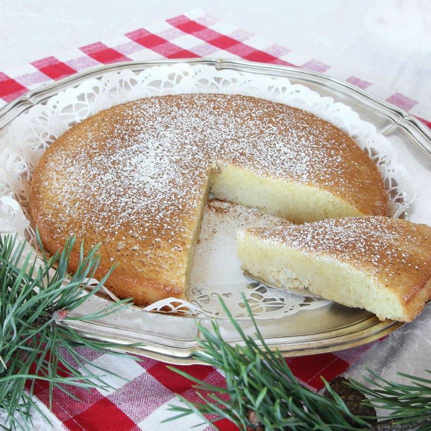 4. Grädda kakan mitt i ugnen i 22–30 min beroende på hur kladdig du vill ha den. Låt den svalna i formen. Pudra kakan med florsocker före servering. Servera gärna med vispad grädda eller vaniljglass.