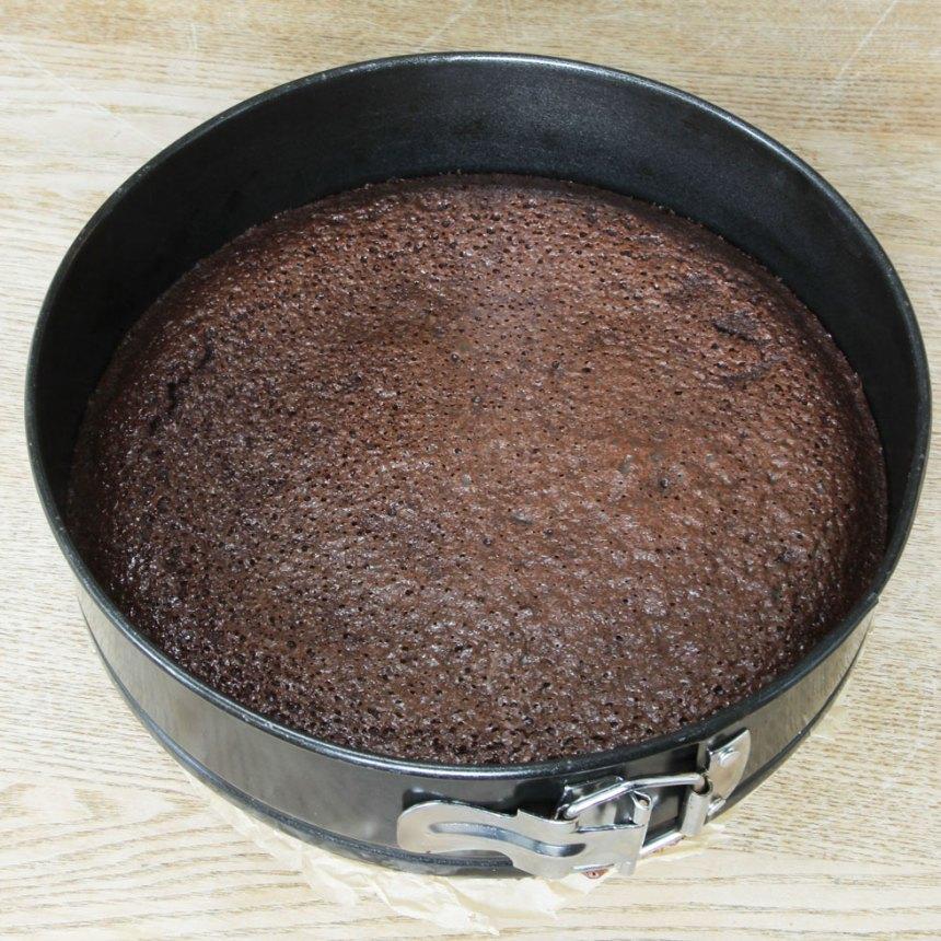 3. Grädda kakan mitt i ugnen i 22–28 min beroende på hur kladdig du vill ha den.