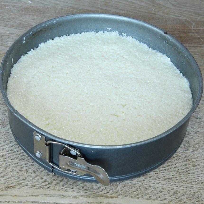 5. Bred ut kokosblandningen över kladdkakan.