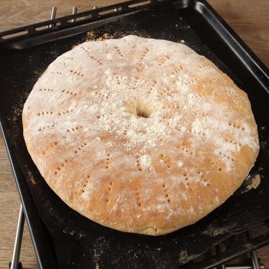 5. Grädda bröden mitt i ugnen i 14–16 min. Låt dem svalna på ett galler under bakduk.