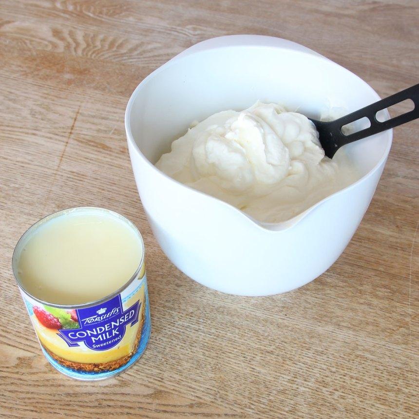 1. Vispa grädden fluffig i en skål. Häll ner den kondenserade mjölken i grädden och blanda ordentligt.