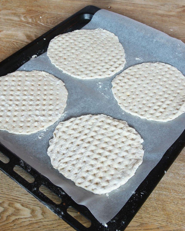 5. Lägg bröden på en plåt med bakplåtspapper.