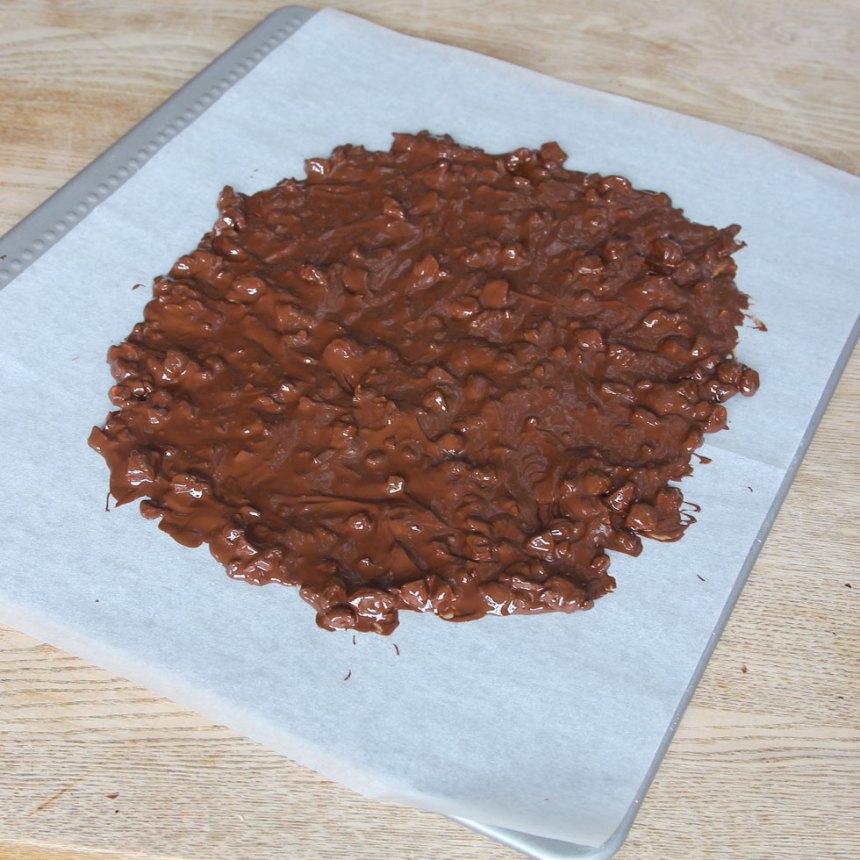 5. Bred ut chokladen till en stor rund platta på ett bakplåtspapper.